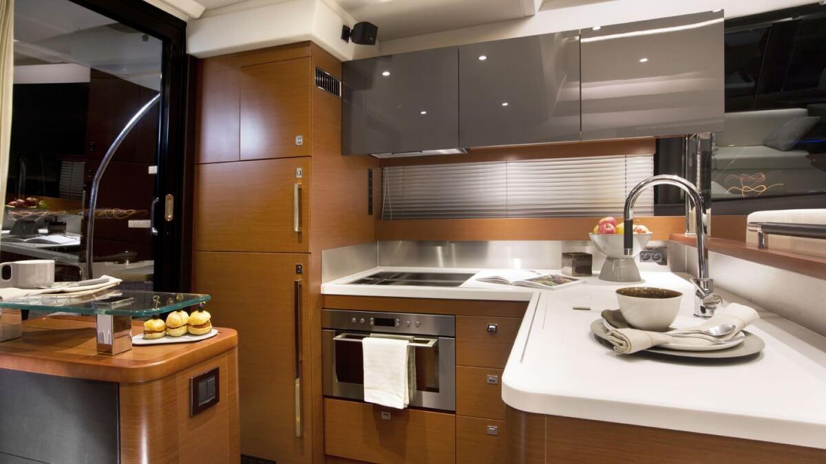 luxury-yachts-prestige_550_s_136603715441int_gallery